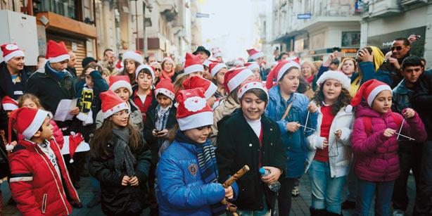 Des enfants grecques dans la rue la veille de Noël