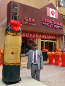 Everett De Jong, de l'entreprise viticole Pelee, se tient devant un magasin de vin en Chine