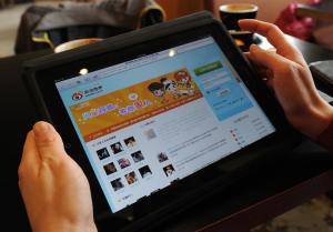 Une femme navigue sur Weibo avec sa tablette