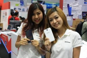2 Girls with Smartphones