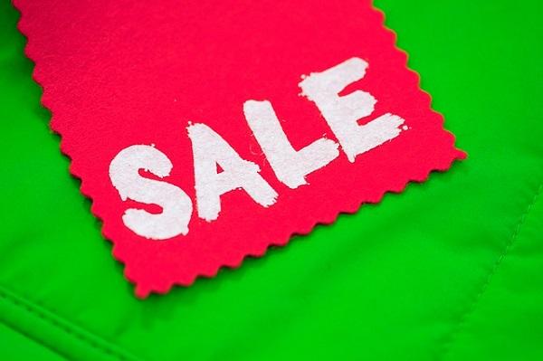Étiquette de vente rouge sur un fond vert